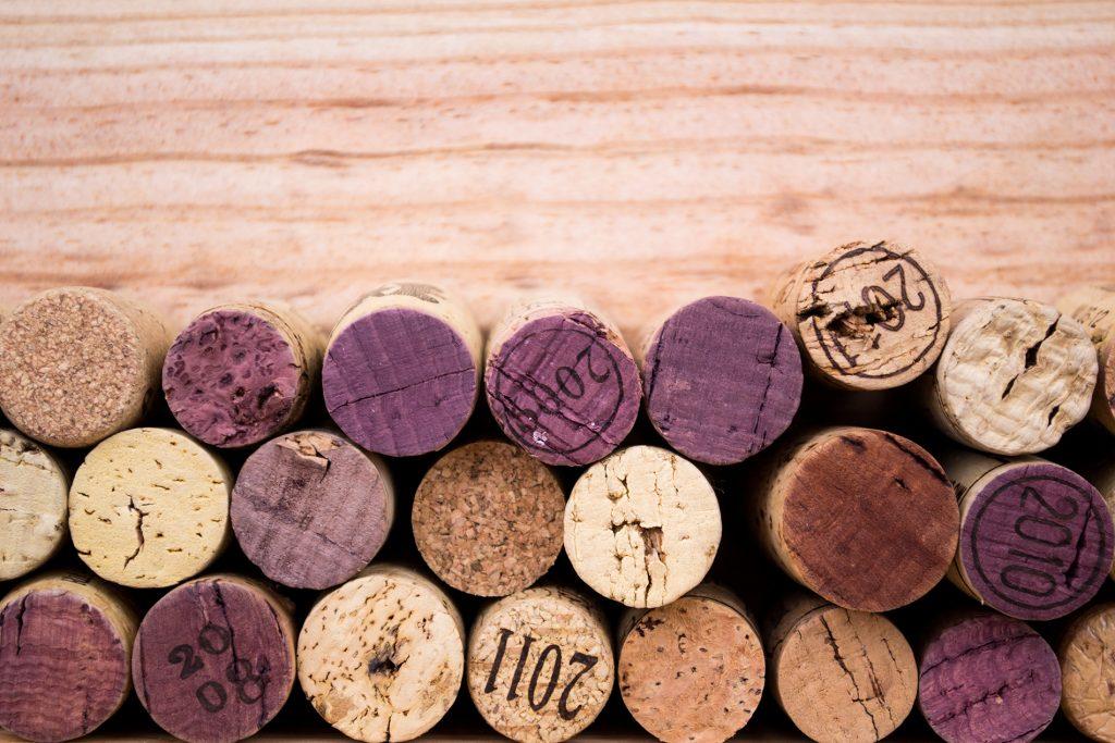 Nahaufnahme von mehreren Weinkorken die aufeinander gestapelt sind